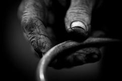 La mano del battitore del ferro