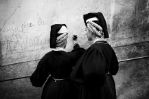 Ragazze nel tipico costume locale, lasciare un messaggio all'eternità